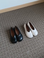 V cut rounding flat shoes